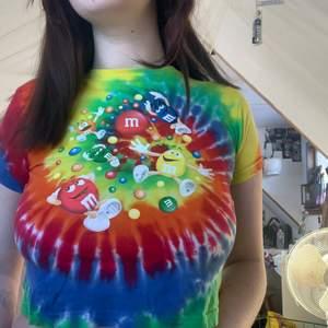 söt m&m barn tröja som jag anvönder som croptop, jag är själv i storlek M oftast och den passar!