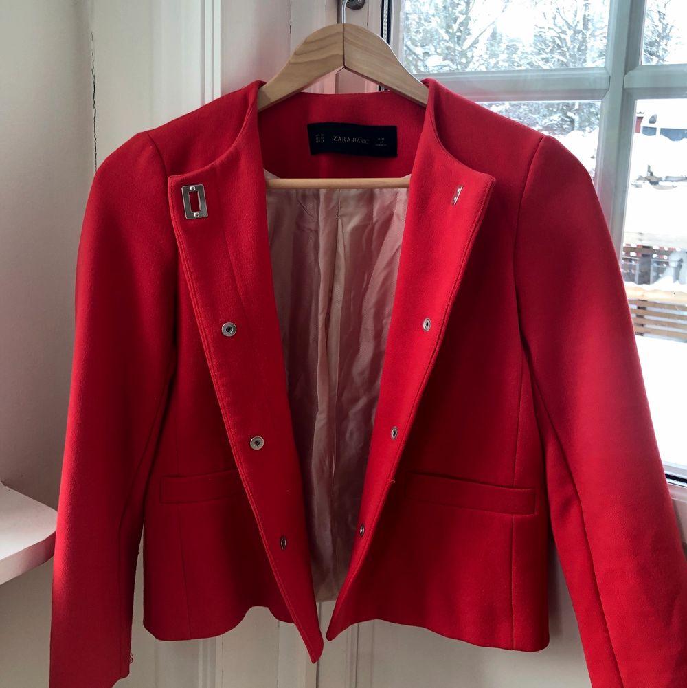 •Lyxig röd kavaj från Zara •Kort modell •Mycket gott skick. Kostymer.