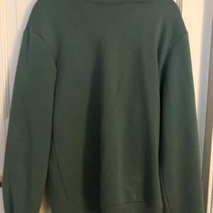 En grön sweatshirt i storlek XS. Använd ett par fåtal gånger. Buda i kommentarerna💕