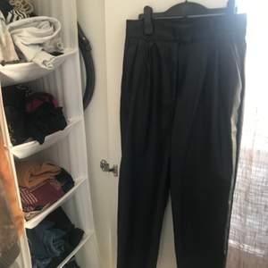 High waist fit med markerad midja! Köpt på HM i sommras, inte använt så mycket då jag tycker de är för korta i benen på mig. Jag är 172 cm och de sitter som ankelbyxor. Passar bäst för de som är ungefär 167 eller kortare!
