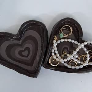 !INTRESSEKOLL! har gjort några hjärtformade smyckesfat av lera, de är målade i akryl och ett lager skyddande akryllack. kommentera eller gilla gärna om ni är intresserade🤎🐻