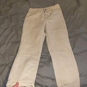 Kräm färgade Manchester byxor, knappast använda! Säljer då dem inte passar mig i storleken längre📦frakt tillkommer