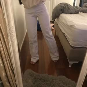 Vita jeans från Zara. Aldrig använda då de är förstora i midjan på mig. Jag är 155cm och har midjemåtten 65cm.