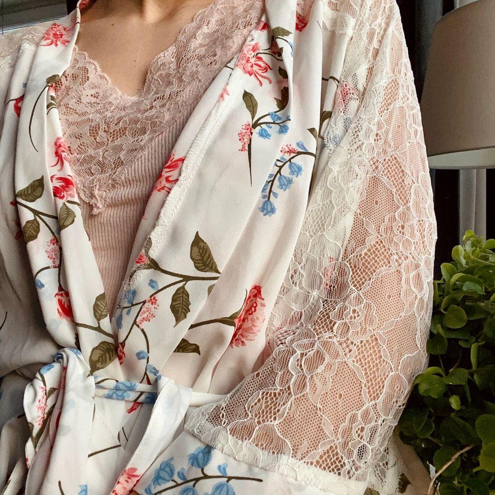 Knälång kimono i strl xs. Köpt på Cubus. Fin att dra på sig när du precis har gått upp på morgonen💓💓 Skriv i kommentarerna eller kontakta mig vid intresse. Frakten tillkommer. Buda om fler intresserade.. Tröjor & Koftor.