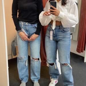 Säljer dessa jeans från Ginatricot. Väldigt sköna och väldigt lite använt. Säljer pågrund av att jag inte använder de så mycket och att de är långa på mig. Jag är 1,58 cm lång och de går lite över min häl🥰 vid frågor kom gärna privat!🥺