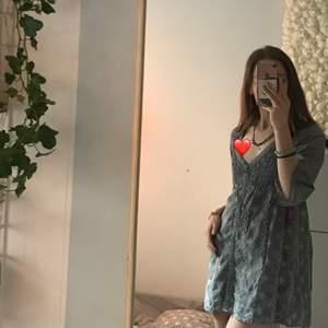 Klänning från Odd Molly. Passar som klänning för mig som är runt 164 men är även fin öppen som kofta om man hellre vill ha det.