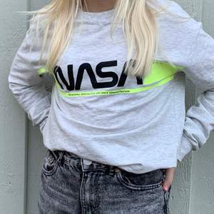 En NASA tröja som inte är använd. Bra skick. Kommer från HM från början.