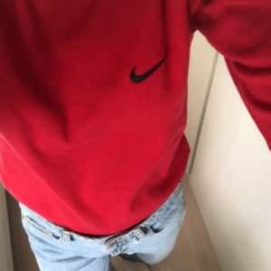 Nike tröja i storlek M men lite liten i storleken, passar dock allt ifrån XS-M. Kan skicka fler bilder privat:) budgivningen avslutas på måndag kl 18:16