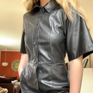 Skjortklänning i läderimitation från Weekday i stl 38, skulle dock säga att den mer är mellan 34/36! Använd 1 gång. Skickas med spårbar frakt mot betalning :)