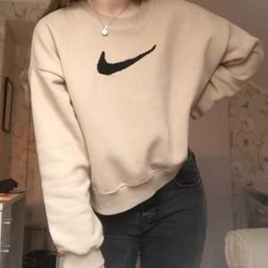 Säljer denna vintage Nike sweatshirt som jag sytt på märket själv. Buda i kommentarerna säljer endast för bra pris för det tog lång tid att göra.