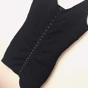 Svart klänning från Monki fint skick och formar sig efter kroppen, den är stretchig :) köparen står för frakt ☺️