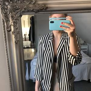 Säljer nu denna asballa randiga blazer! Från Zara, storlek M! Riktigt fin rak passform! Köparen står för frakt🦋