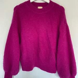En mörkrosa stickad tröja från h&m. Säljer då jag inte använder den.