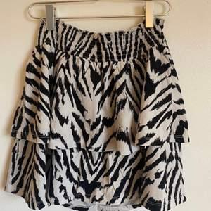 Super gullig volang kjol från ginatricot, storlek S💕 Kan mötas annars står köparen för frakt💕 ❌högsta bud 250kr (höj minst 10kr)❌