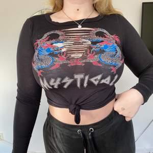 Jättefin svart tröja ifrån FashionNova med fina utskärningar där framme. Använd enbart 1 gång. Köparen står för frakt 🥰
