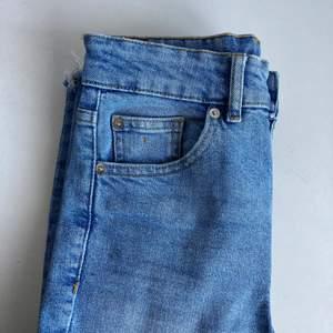 Ljusblå jeans i rakare modell. Har en fläck på den lilla högra fickan men hår förmodligen att ta bort med starkare lösningsmedel . Använda en del men fint skick. Lagom längd men lite stor i midjan för mig (155 cm)