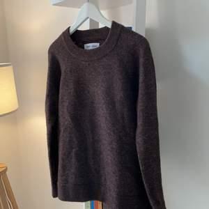 Stickad tröja från samsoe samsoe, brun i storlek S. Nypris 1399kr, använd endast en gång!