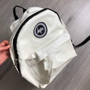Säljer denna riktigt fina ryggsäcken från Hype. Den ger mycket utrymme och man får plats med mycket, perfekt som väska till tex en skidresa eller varför inte till skolan💞 Nypris 500kr