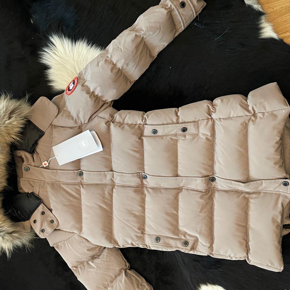 Hej! Säljer denna helt nya canada goose jacka för bra pris. Den är helt ny och varm och bekväm.. Jackor.