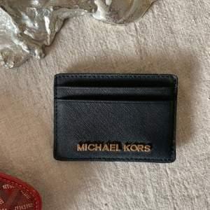 Svart korthållare från Michael Kors i Saffianoläder! Väldigt bra skick, otroligt tåligt material 🤍 pris exkl. frakt