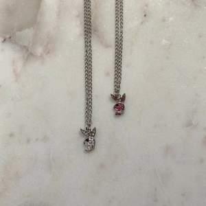 Söta små glittriga Playboy halsband ✨ Finns i rosa eller vit. Helt nya & oanvända. Endast 69kr/styck med vanlig kedja eller 79kr/styck med rostfri kedja. Fri frakt! 💌 Kontakta mig om du vill köpa 🥰