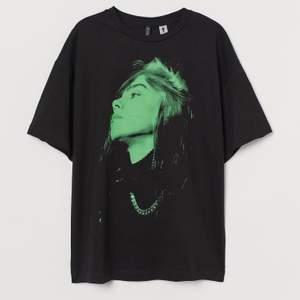 Helt oanvänd t shirt med Billie Eilish tryck från HM. Är storlek S, men väldigt oversize, passar mellan XS och M