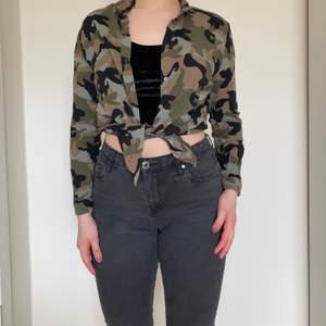 Skjorta med camouflagemönster.  Fin att knyta upp eller bara ha som den är.  Storlek 34 men passar även en 36. Använd väldigt lite.