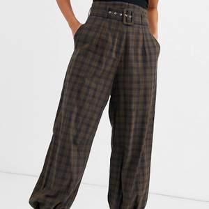 Supersnygga byxor i grunge-stil som tyvärr är för små för mig. Köpta på ASOS för 470kr🥰