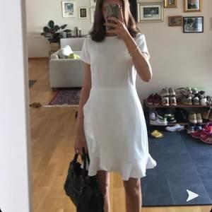 Säljer min fina student klänningar som är använd 1 gång. Köpt från Club Monaco i mood. Nypris 2500kr, storlek s pris kan diskuteras