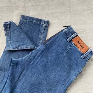 Väldigt fina acne jeans. Perfekt som bas jeans då de passar till det mesta. Mid Waist, slutar precis under naveln. Står storlek 28/34 men skulle säga att de passar en XS eller liten S (34-36). Skinny passform men sitter lite lösare runt vaderna. I fint skick. Säljer pga försmå för mig :( Nypris är ca 2000kr. Säljer även två par till då jag vuxit ur allihop. Skriv för fler bilder!🥰