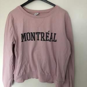 Jättefin sweatshirt med text på från Ginatricot i storlek L, dock skulle jag nog säga att den passar mer S/M😍 säljer den för 100kr och jag kan frakta det om köparen står för frakten❤️