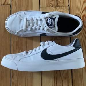 Fina nikeskor i bra skick. Kommer inte ihåg vad modellen heter, men skon är i tyg med en swoosh i läder. Köparen står för frakten. Storlek 40, men små i storlek så passar 39 bättre!