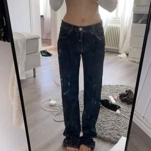 Säljer dessa populära slutsålda låg midjade jeans ifrån zara!  Fraktas om köparen står för frakten 66 kr, helt oanvända!🤍 bud 300! Säljer direkt för 300
