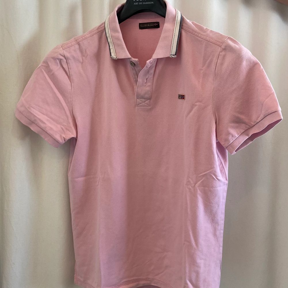 A Napapijri piké with a pastel pink color size L. It's in a very good shape. Bought in France. Price new: 90€. T-shirts.