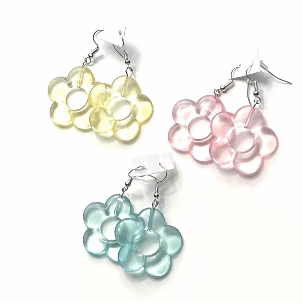 Säljer dessa transparanta blommiga örhängena! Finns i alla tre färger som på bilden, alltså blå, rosa och gul! Frakt tillkommer 12kr❗️ Och de är såklart helt nya alltså inte använda👍🏽 35kr st!. Accessoarer.