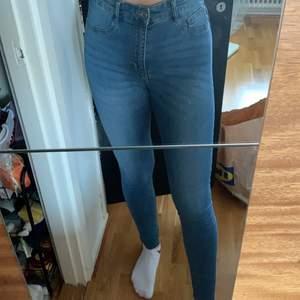 Blåa skinnyjeans från Gina tricot i modellen Molly tall. Strl M och skulle säga att de är som en vanlig M. Jag har S och är 180 cm lång som preferens.