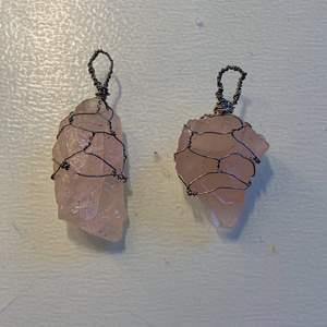 Säljer två hängen/berlocker i äkta rosenkvarts-kristall och silvrig ståltråd för 44kr styck! Varje beställning kommer med en liten kristall på köpet;) Kedja ingår ej✨💗🌙