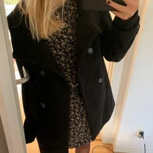 Så najs kappa/jacka som är jättevarm och skön nu i höst och vinter!! Osäker på märket