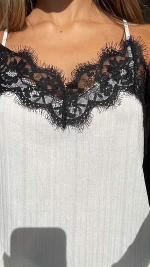 Superfint linne från zara med spetsdetaljer, passar xs-m🤩 passar verkligen till allt!