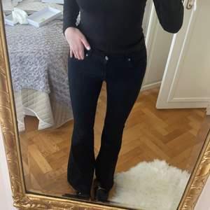 Svarta bootcut jeans från dr denim, stl M, väldigt stretchiga!! Längd 32,