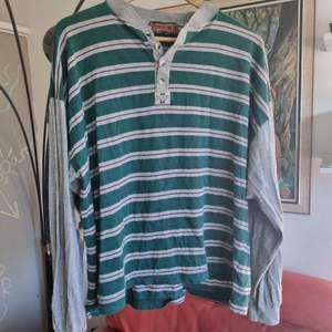 Så skön och härlig retro tröja! Unisex troligtvis 90 tal. Märkt 52 uppskattar till storlek l. Frakt 45. Samfraktar flera varor för 66 kr 📦💕