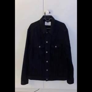 Säljer min killes jeans jacka då han inte använder den längre och ville få den såld🥰