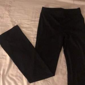 Flare svarta mjuka pants! Original pris 200 kr på h&m aldrig använda