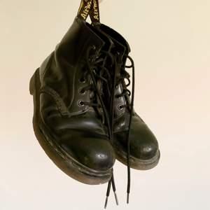Har ägt dessa hur länge som helst (över 10 år) så de har lite slitage. Skosnöret på ena skon har två knutar på sig som jag inte lyckats knyta upp, men man kan fortfarande knyta skorna utan problem. De är inte söndriga på något sätt! Tycker personligen att slitningarna är en ✨look✨