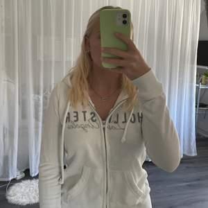 Säljer denna tröja jag köpte på Hollister för flera år sedan. Väl använd, fortfarande väldigt fin. Finns färgfläck på ena armen (se bild 3) Köparen betalar för frakten och katt finns i hem 🩰