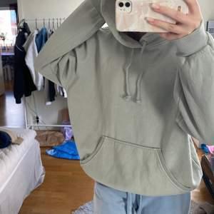 Bikbok hoodie i en jättefin grön färg💚 Knappt använd alls och jättefint skick! Nypris: 299kr