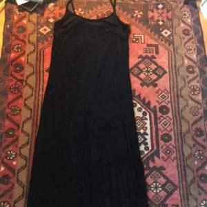 En lång svart sammets klänning det bara skriker 90-tal runt, något Kat i 10 things I hate about you hade kunnat ha! I fint skick! Köparen står för frakten <33