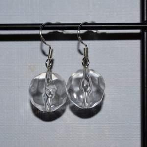 Handgjorda örhängen med klara pärlor. De görs vid beställning och är därmed helt oanvända. Krokarna är gjord av äkta silver. Kolla gärna in min profil för fler handgjorda örhängen :))