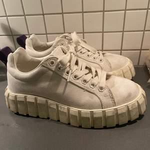 Vita eytys skor som är använda ett par ggr men ändå i ett hyfsat skick, nypris 1600kr men säljer för mkt billigare. Pris kan diskuteras