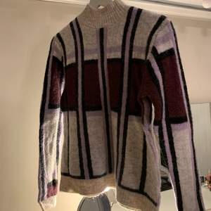 Säljer denna varma fina tröja som är helt perfekt nu till vintern! Stretchigt material så passar passar större storlekar också!